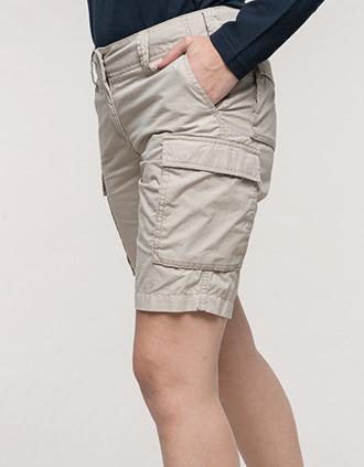 Leichte Bermuda-Shorts für Damen mit mehreren Taschen