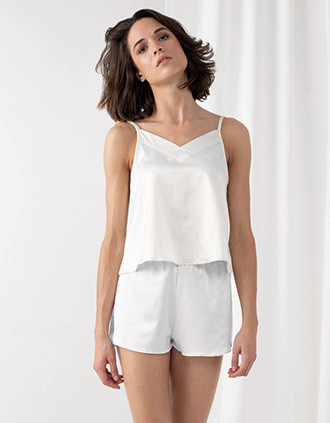 Pyjama-Ensemble bestehend aus Damenträgerhemd und Shorts